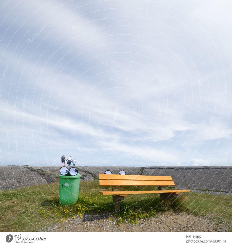 deichspaziergang Deich Augen Comic Mülleimer Bank Urlaub Außenaufnahme Himmel grün ruhig Farbfoto Erholung blau Menschenleer Wiese Wolken Gras Nordsee Sommer