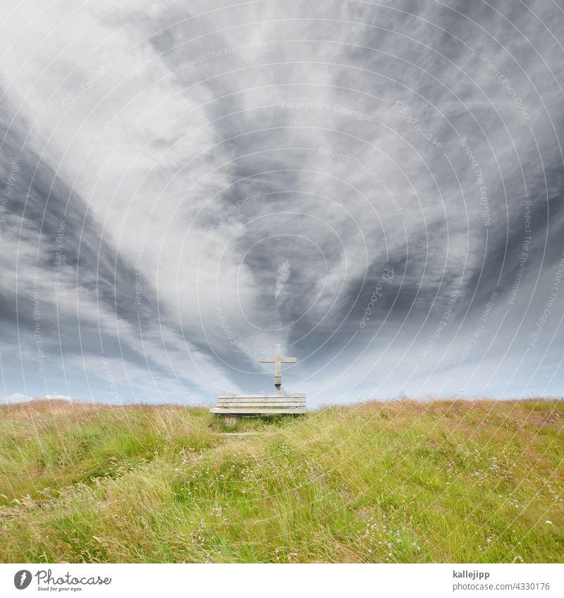 letzte ruhestätte Kreuz Bank Ruhe Ruhestätte Deich Wiese grün Himmel Wolken Gras blau Erholung Außenaufnahme Natur Pause Menschenleer Christentum