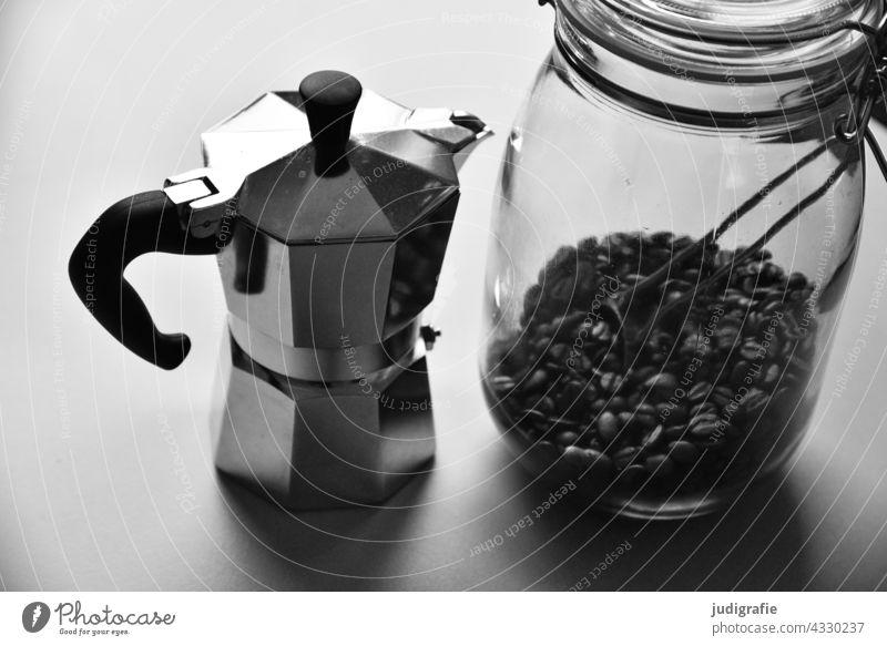 Espressokanne und Glas mit Kaffeebohnen Kaffeetrinken Espressokocher Küche Latte Macchiato Getränk Heißgetränk Behälter u. Gefäße Lebensmittel Stillleben
