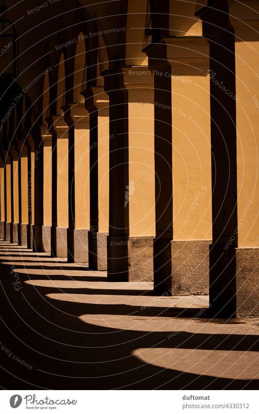 Bogen und Schatten Architektur Säule Lichtschein architecture architektonisch Schattenspiel Schattenwurf Mauer Lichtspiel Fassade Wand Gebäude Bauwerk Haus