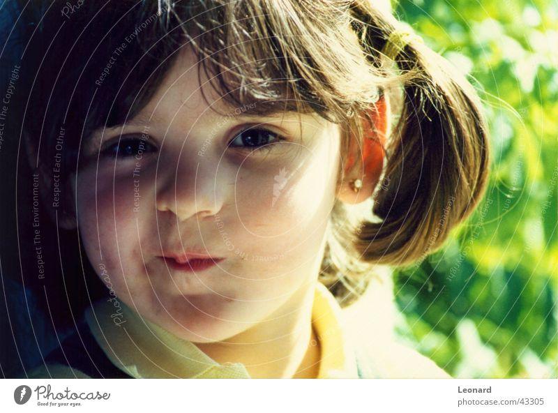 Freundlich kind Kind Mädchen grinsen Mensch lachen Gesicht Sonne Schatten child shine shade sight