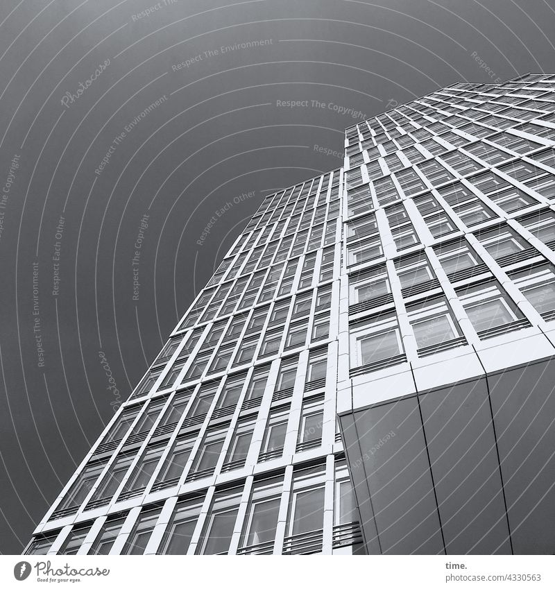 ParkTourHH21 | Halswirbelsäulentraining (43) hochhaus fassade fenster himmel sonnig architektur bauwerk wohnen hafencity beton glas linien flucht perspektive