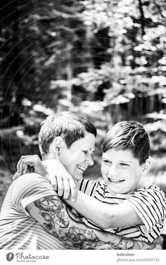 zwei, die sich lieb haben Kontrast Sonnenlicht Unschärfe Porträt Licht Tag Nahaufnahme Außenaufnahme Mutterliebe Glück Liebe Sohn Zusammensein Vertrauen
