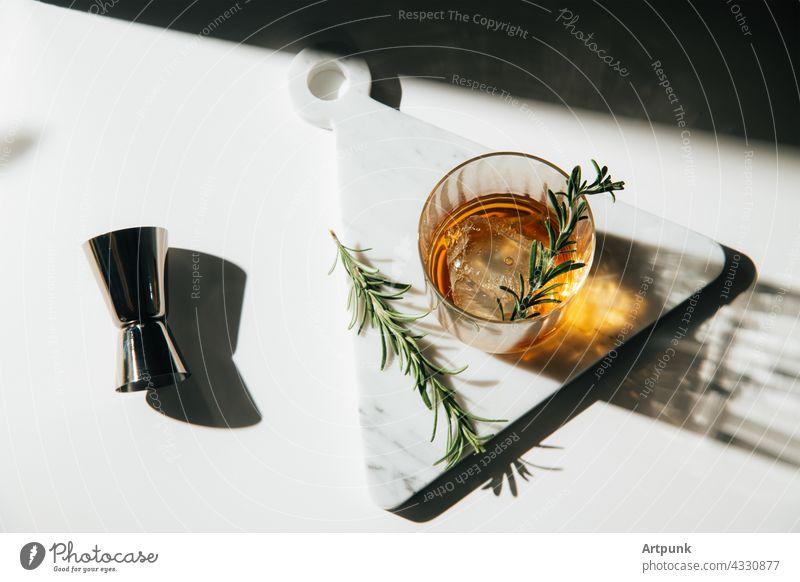 Whiskey mit Rosmarin garniert Cocktail Nachmittagslicht Bourbon Schnaps Murmel Küche Scotch Glas