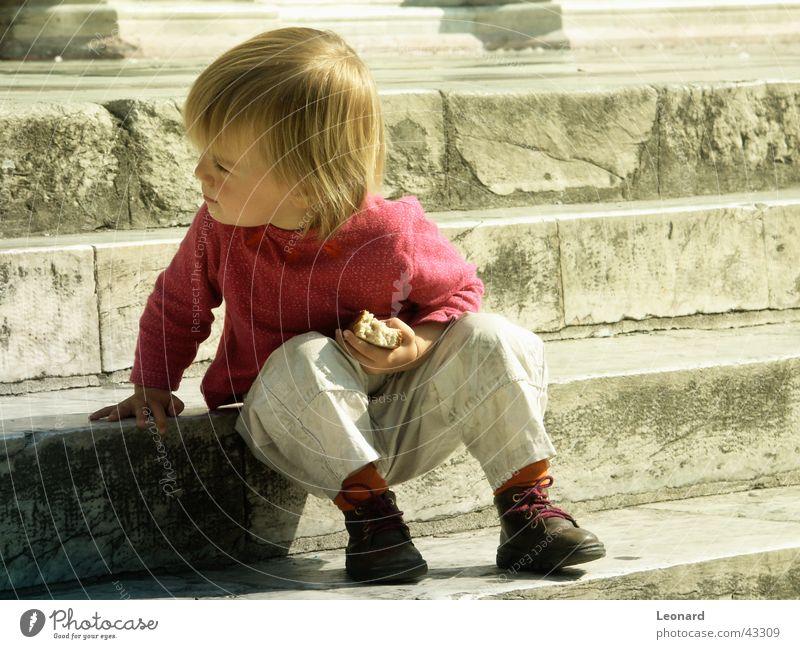 auf den Schritten Mensch Kind Sonne Treppe Brot schreiten