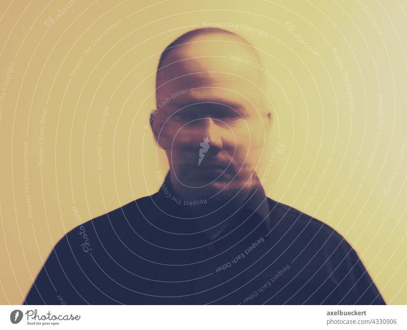 verschwommenes Porträt eines Mannes der seinen Kopf bewegt Identität psychische Gesundheit mentale Gesundheit Mensch Erwachsene einzigartig unscharf