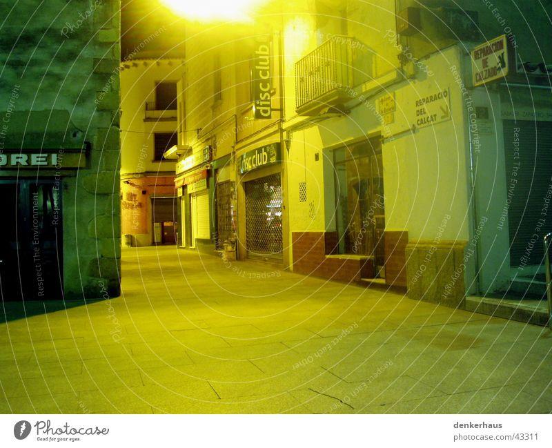 Allein in Spanien leer Licht Farbenspiel gelb Ladengeschäft Gasse Platz Haus ruhig Architektur Straße Einsamkeit