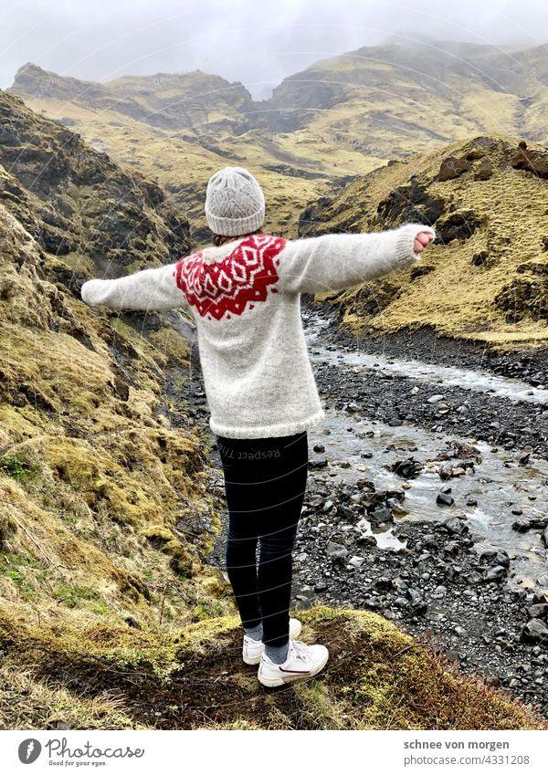 Island umarmt Natur Grün Pullover freiheit Weite Berge Grünfläche Hügel und Wasser Berge u. Gebirge Himmel Wolken Umwelt grün Außenaufnahme Farbfoto