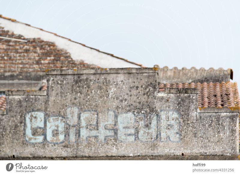 verblasster Hinweis 'Coiffeur' auf einer Altstadtfassade Schriftzug Historische Bauten Spuren spurensuche Verfall verfallenes Gebäude historisch Architektur