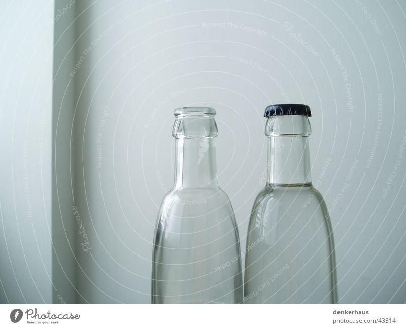 Flasche leer durchsichtig Wand weiß geschlossen 2 Dinge Glas Verschluss offen Wasser Alkoholisiert Verschiedenheit zusätzlich Pfand außergewöhnlich
