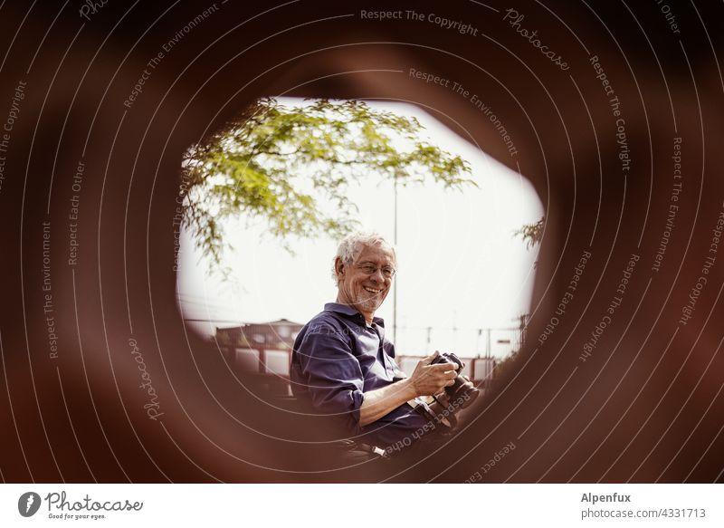 Durchblicker | Park Tour HH21 Mann sympatisch lachen Gesicht Porträt Freundlichkeit Blick
