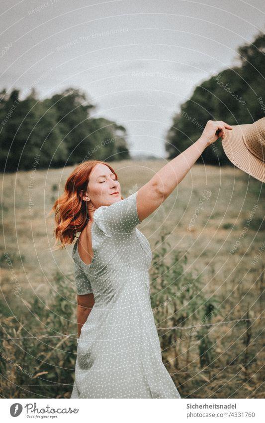 Frau tanzt auf Wiese Porträt Portrait feminin Junge Frau schön Tanzen Freiheit glücklich Landleben rothaarig Kleid Außenaufnahme elegant weiblich