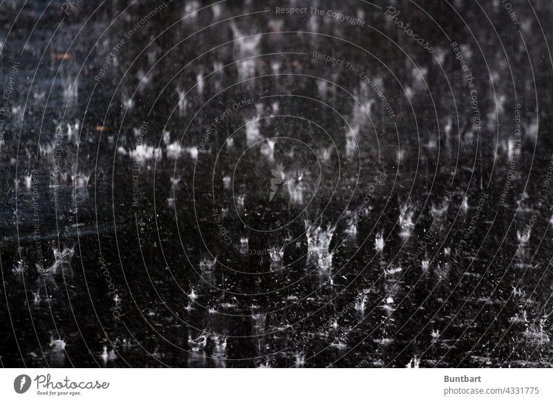 Regentropfenspritzer Wassertropfen Spritzer Reflexion & Spiegelung Natur Tropfen nass glänzend Licht Strukturen & Formen feucht Starkregen Straße Regennass