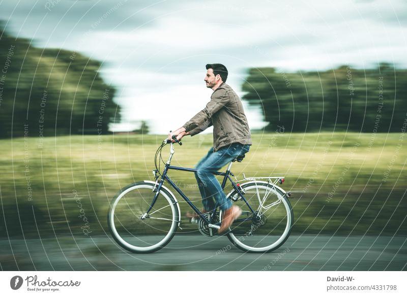Mit dem Fahrrad durch die Natur fahren Fahrradfahren Mann Bewegung Geschwindigkeit Gesundheit Mobilität Fahrradtour Freizeit & Hobby Ausflug Wege & Pfade