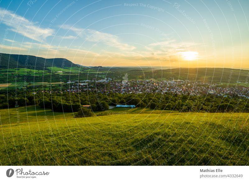 Sonnenuntergang am Rand der Schwäbischen Alb Hügel Hügelkette Schwäbische Alb hügelig Abendsonne Wiese Grün Natur Landschaft Abendstimmung Abenddämmerung