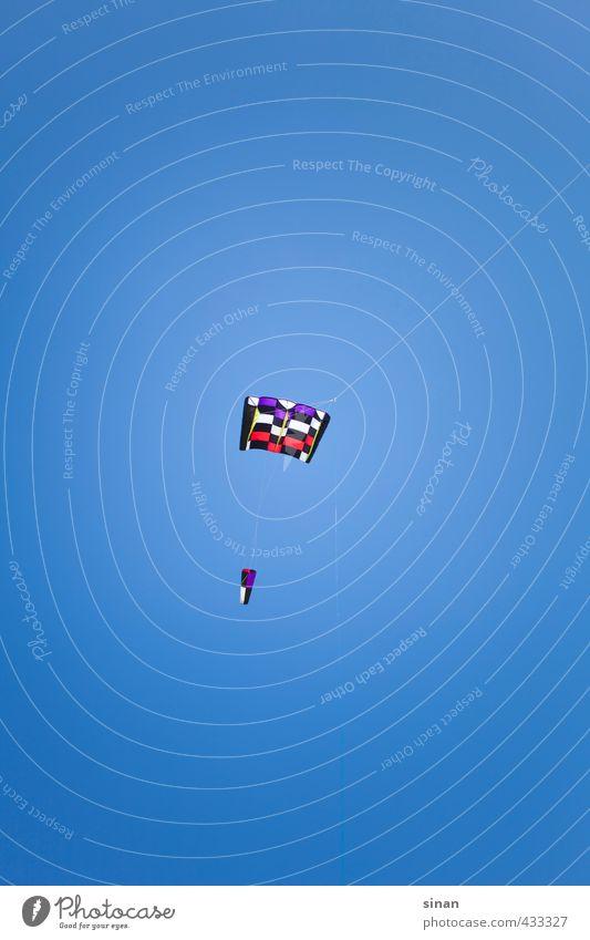 Kite Drache Himmel blau Sommer Sonne Spielen Frühling Luft fliegen Freizeit & Hobby Wind hoch Schönes Wetter Luftverkehr Seil Abenteuer Telekommunikation