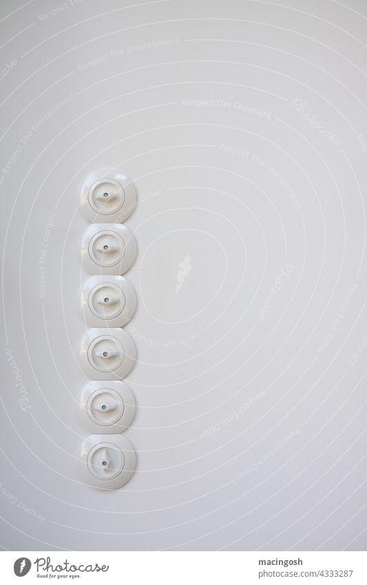 Reihe von Drehlichtschaltern Lichtschalter vertikal senkrecht sechs Menschenleer Wand Schalter Innenaufnahme Elektrizität Energiewirtschaft