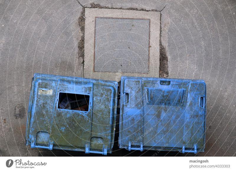 Blaue Altpapier-Container aus der Vogelperspektive Altpapiersammlung Altpapiertonne abfallentsorgung Abfall Außenaufnahme entsorgungsbetriebe Umweltschutz trist