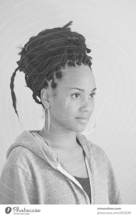 Braids schön Studium Friseur Junge Frau Jugendliche Haare & Frisuren schwarzhaarig Rastalocken Afro-Look Kultur Optimismus Perspektive Ferien & Urlaub & Reisen