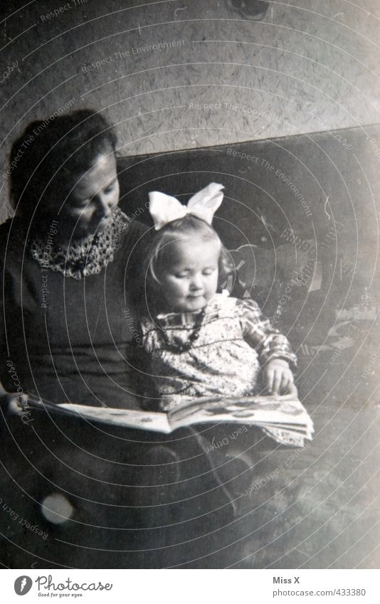 Lesestunde Mensch Frau Kind alt Mädchen Leben Senior Gefühle Stimmung Familie & Verwandtschaft Zusammensein Freizeit & Hobby Kindheit 60 und älter lernen lesen