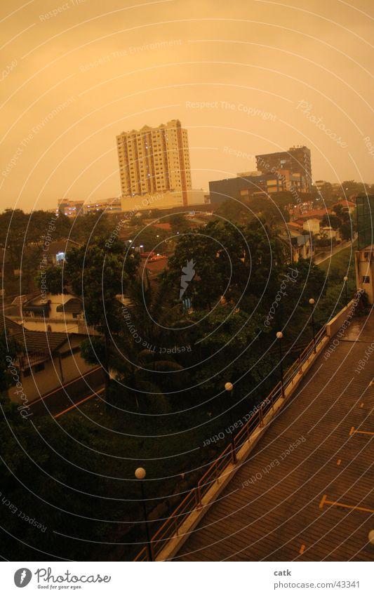 Surreales Petaling Jaya Himmel Stadt Straße Architektur orange Angst außergewöhnlich dreckig Platz Hochhaus bedrohlich Asien Sturm Gewitter Surrealismus Parkdeck