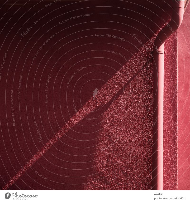 Pigmentstau Bauwerk Gebäude Ferienhaus Mauer Wand Fassade Dachrinne Putzfassade Ecke eckig einfach trocken rosa rot Fallrohr Metall gekrümmt Schelle rau