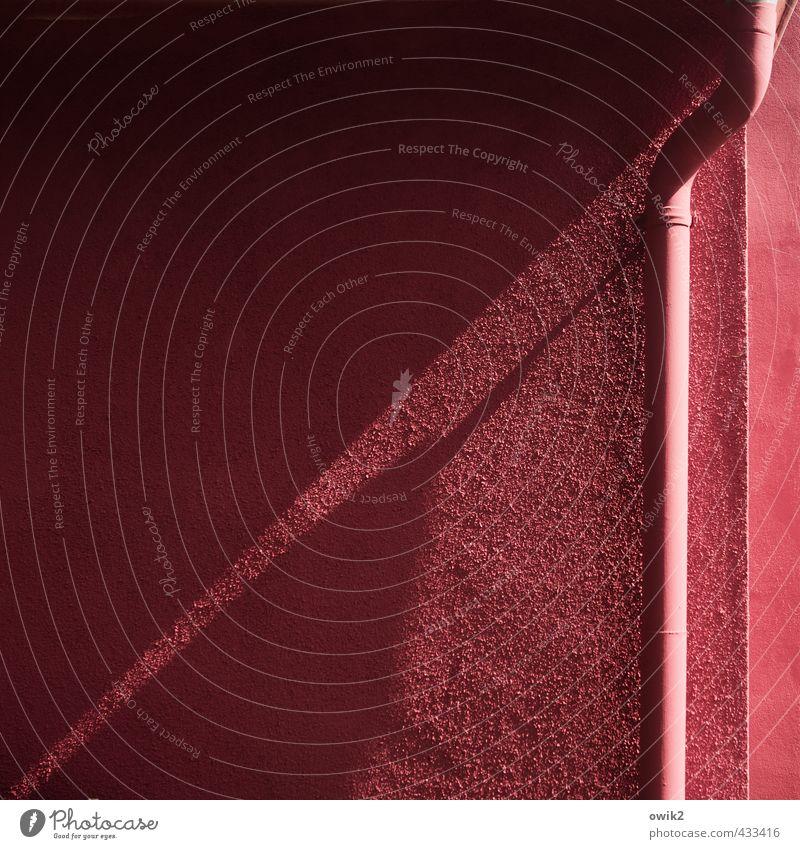 Pigmentstau Farbe Wand Mauer Gebäude Metall Fassade einfach Ecke Bauwerk eckig rau gekrümmt Dachrinne Ferienhaus magenta Fallrohr