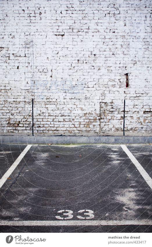 33 Stadt Menschenleer Bauwerk Gebäude Architektur Mauer Wand Verkehr Berufsverkehr Autofahren Zeichen Ziffern & Zahlen Schilder & Markierungen dunkel eckig
