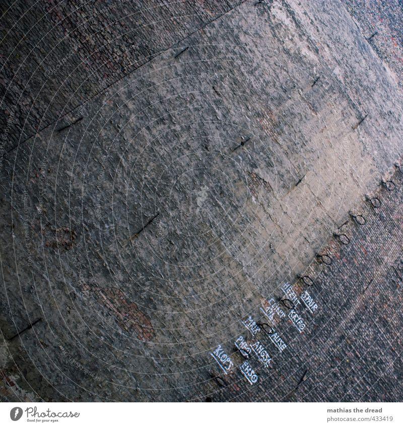 SPAIR Menschenleer Bauwerk Gebäude Architektur Mauer Wand Fassade Zeichen Schriftzeichen Graffiti Aggression alt außergewöhnlich bedrohlich dunkel trist Stadt