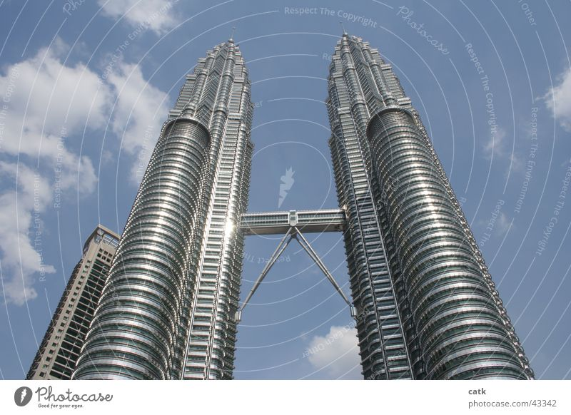 Petronas Twin Towers Architektur groß Wachstum modern Hochhaus Brücke Turm Kommunizieren Unendlichkeit Asien Stahl Futurismus aufwärts Wahrzeichen Stadtzentrum Sehenswürdigkeit