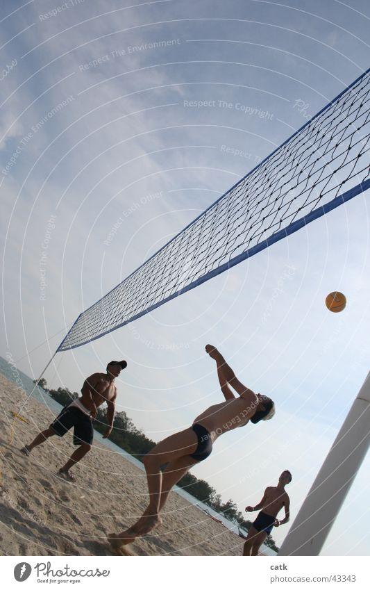Beach Volleyball Mensch Jugendliche Strand Erwachsene Sport Spielen Küste Sand warten 18-30 Jahre maskulin stehen Sportmannschaft Schönes Wetter Ball Netz