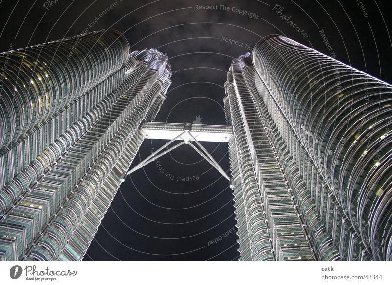Petronas Twin Towers @ night Stadt Architektur Gebäude Kraft außergewöhnlich Fassade Erfolg modern Hochhaus Brücke Turm Bankgebäude Asien Bauwerk Tor Futurismus