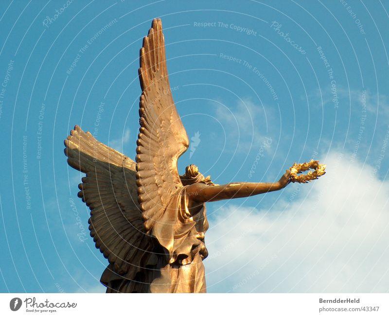 Goldengel Himmel blau gold Flügel Engel Prag