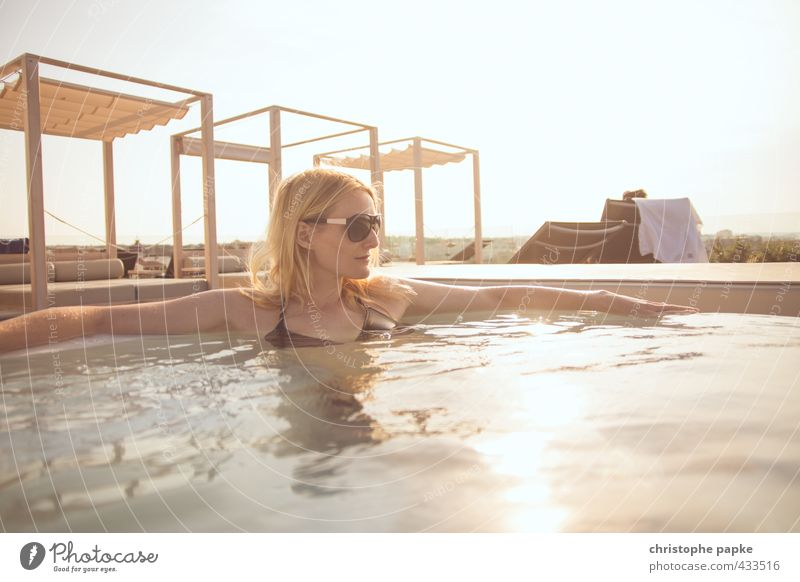 Blonde Frau in Whirlpool Junge Frau Pool Erholung Schwimmen & Baden Spa Lifestyle Sonnenlicht blond Reichtum Stil Wellness Leben Ferien & Urlaub & Reisen