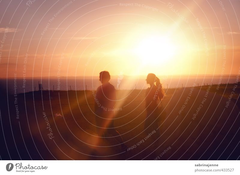 ystad Mensch Paar Partner Jugendliche Erwachsene 2 genießen Freude Glück Zufriedenheit Lebensfreude Farbfoto Außenaufnahme Abend Licht Schatten Kontrast