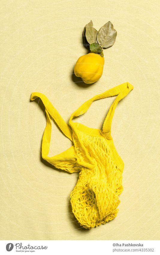 Quitte Apfel und gelber Netzbeutel flach auf Leinen legen natürlich kaufen reif Tasche Blatt Vitamin Natur Ernährung organisch Vegetarier Quittenfrucht roh