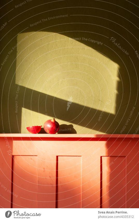 Licht und Raum Innenräume innenraum Innenaufnahme Innenarchitektur wandfarbe Wandverkleidung Farbe Farbkontrast rot grün Sonnenlicht Obst Granatapfel Schatten