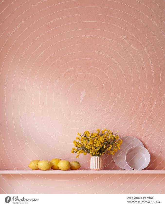 Rosa Gelb wohnen Frühstück Stillleben Zitrone Blumenstrauß rosa gelb Teller Schüssel Vase Wohnung Wand zart natürliches Licht