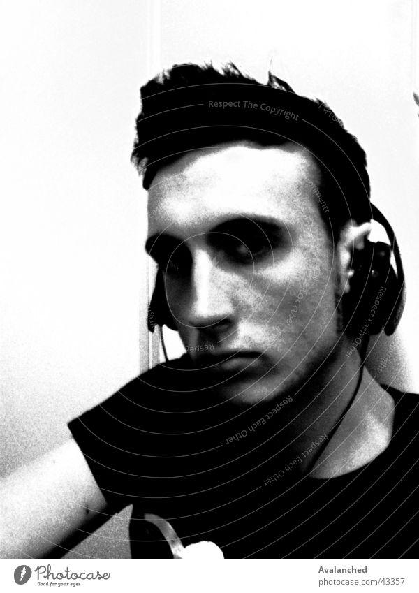 dj001 Mann weiß schwarz Körperhaltung Diskjockey Gesichtsausdruck Kopfhörer