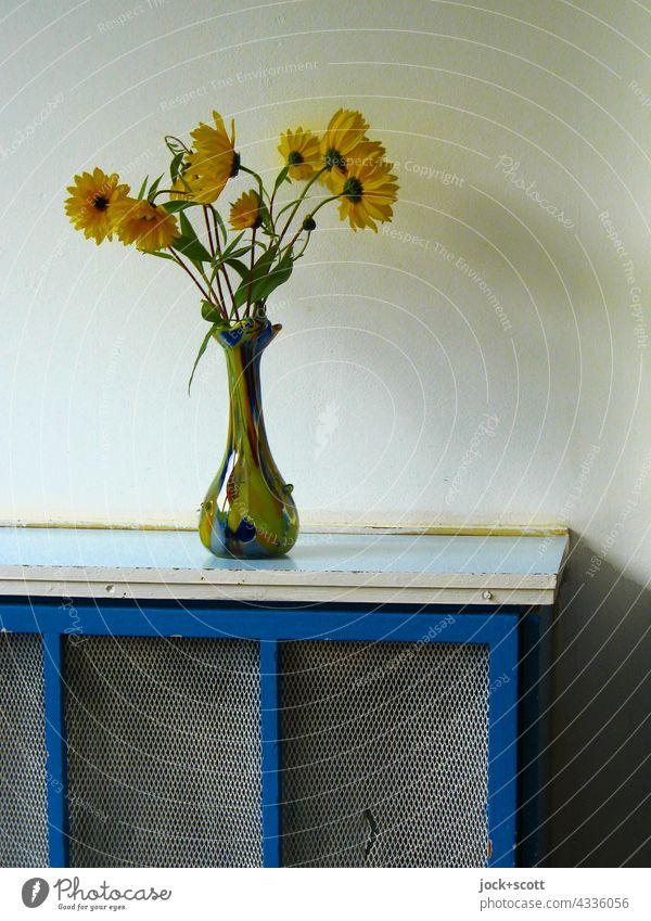 Vase von Blumen gefunden Blumenvase Dekoration & Verzierung Blüte Blühend Hintergrund neutral Wand Abdeckung DDR einfach authentisch