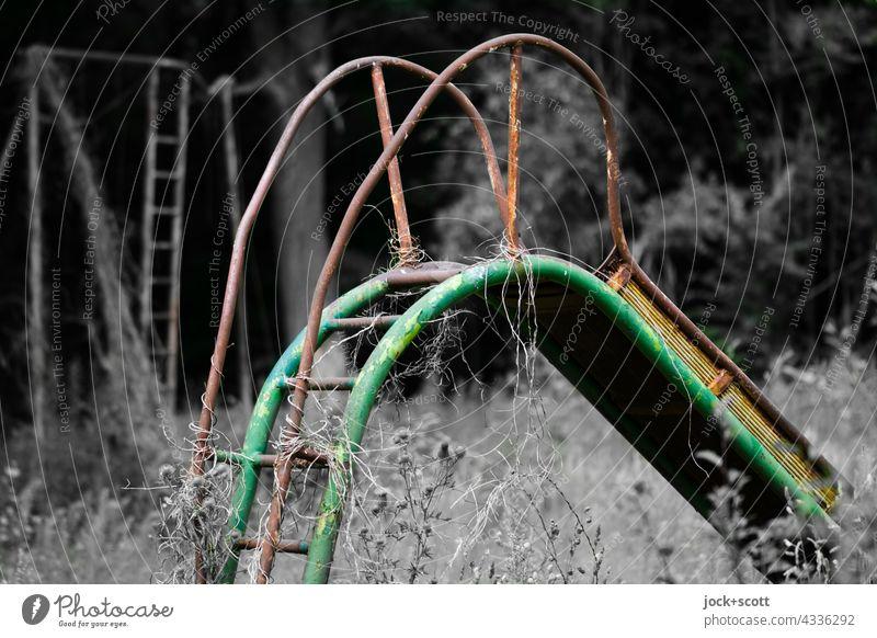 Lost Land Love l rutschen mit der Zeit lost places Sliden Natur vergangene Zeiten Vergänglichkeit korrodiert Rust Zerstörung Zahn der Zeit Wandel & Veränderung