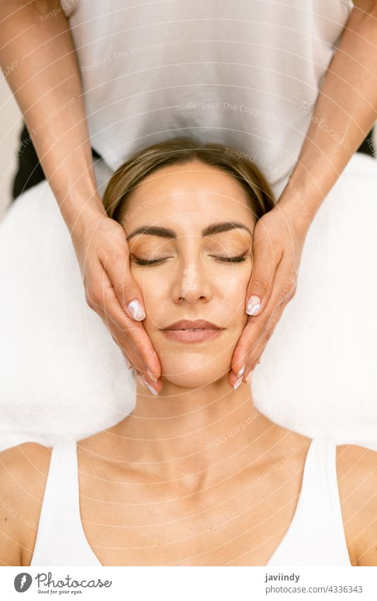 Frau mittleren Alters bei einer Kopfmassage in einem Schönheitssalon. Massage Spa Körper sich[Akk] entspannen massierend Masseur Wohlbefinden Behandlung Pflege