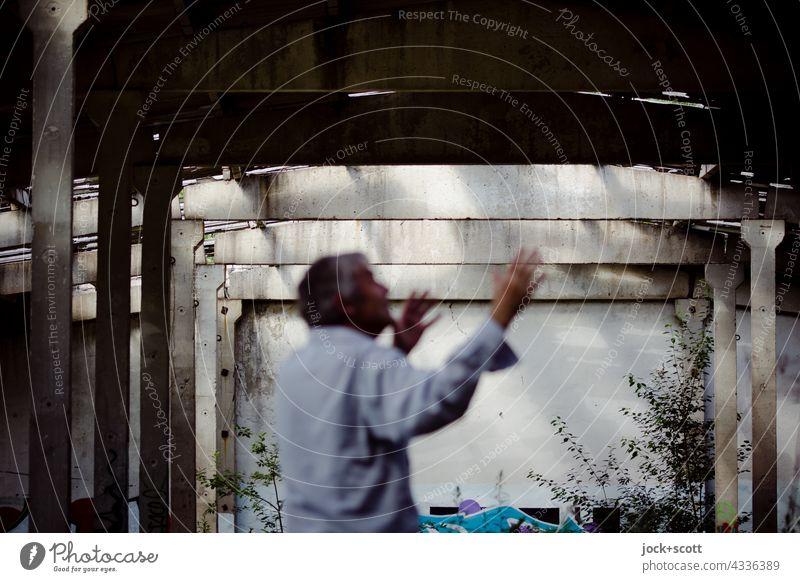 TRUELIGHT-NOW Ruine Mann Architektur natürlich entspannt schlaff Taijiquan Lichteinfall lost places Zahn der Zeit Endzeitstimmung verfallen Bewegung