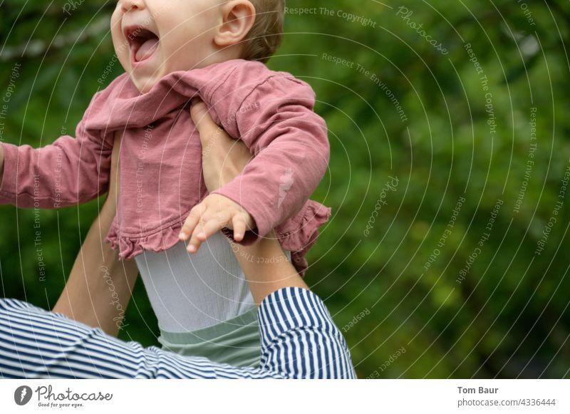 Kinderlachen - Baby wird aufgefangen auffangen Farbfoto mehrfarbig Fürsorge niedlich 1-3 Jahre Bewegung Kindheit Leben Lebensfreude Glück Fröhlichkeit werfen
