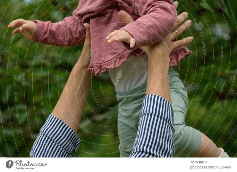 Flieg Engel flieg! Mutter wirft ihr Kind in die Luft und fängt es wieder auf Baby Kleinkind süß Werfen hochwerfen spielen fliegen sicherheit Freude Hand fangen