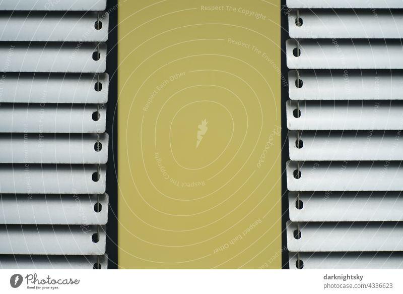 Architektur Detail mit Fassaden Elementen zum Sonnenschutz Jalousien metallisch gelbe blech Bleche Verkleidungen hell pastell Haus Außenaufnahme geschlossen