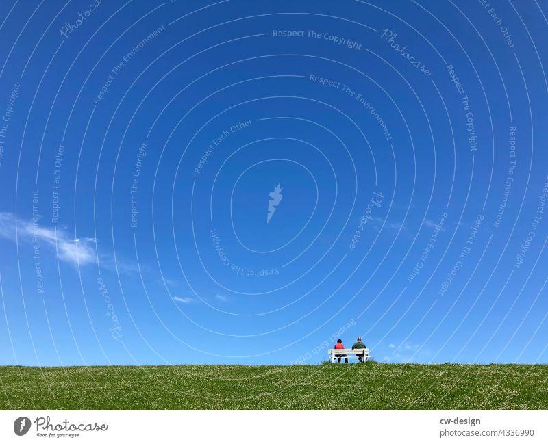 Neulich auf der Bank in Cuxhaven Sitzbank Cuxhafen Personen sitzen Rentner Rentnerbank Erholung Rasen Himmel Minimalismus Pause ruhig grün Einsamkeit