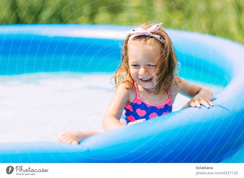 Porträt eines schönen Baby-Mädchen in den Pool im Garten Wasser Spielen Spaß Kindheit Sommer Schwimmsport Freude Badeanzug Familie lustig wenig Urlaub Sonne
