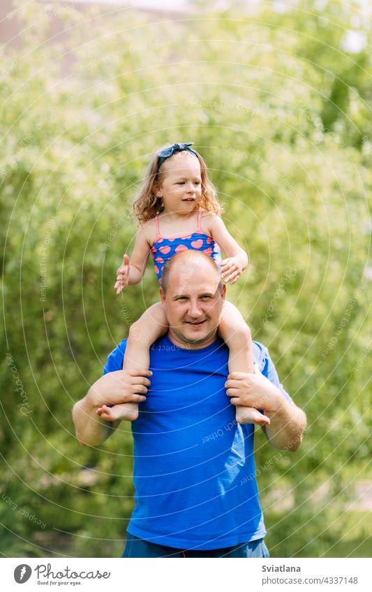 Papa rollt seine bezaubernde Tochter an seinem Hals Baby Zusammensein Vater Mädchen Spielen niedlich Kind Mann Park Familie Tag Liebe Glück Eltern Fröhlichkeit