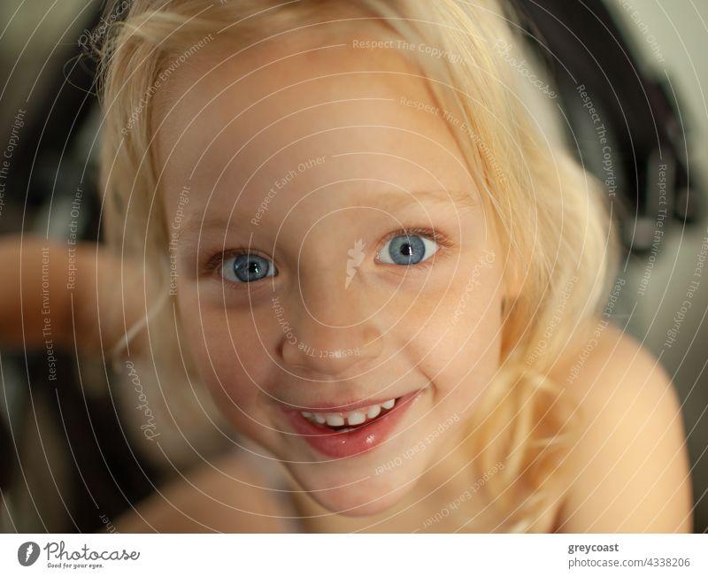 Mit einem großen Lächeln auf die Welt schauen Porträt Mädchen Kind Menschen Baby Freude wenig heimwärts aufgeregt freudig Kleinkind positiv klein heiter